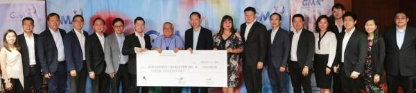 GMA Network Chairman and CEO Atty. Felipe L. Gozon (8th from left) and GMAKF EVP and COO Rikki Escudero-Catibog (9th from right) received the P1 million check from officers of the Anvil Business Club.