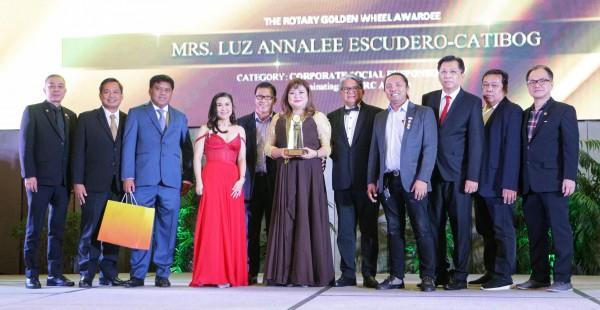 GMAKF EVP and COO Rikki Escudero-Catibog (center) receives the 2020 Rotary Golden Wheel for Corporate Social Responsibility.