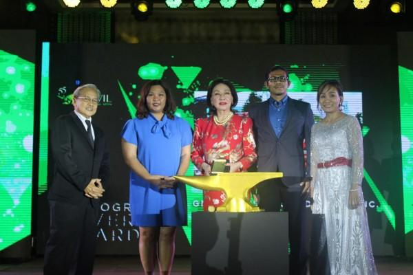 GMAKF Founder and Ambassador Mel Tiangco (center) receives the Gold Award at the 55th Anvil Awards.