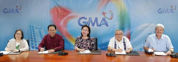GMA News pillar Mel Tiangco (center) renews her contract with GMA Network. Present in the signing were (L-R) Senior Vice President for GMA News and Public Affairs Marissa L. Flores, GMA Network President and COO Gilberto R. Duavit, Jr., Chairman and CEO Atty. Felipe L. Gozon, and Executive Vice President and CFO Felipe S. Yalong.